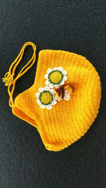 Crocheted hat with flowers